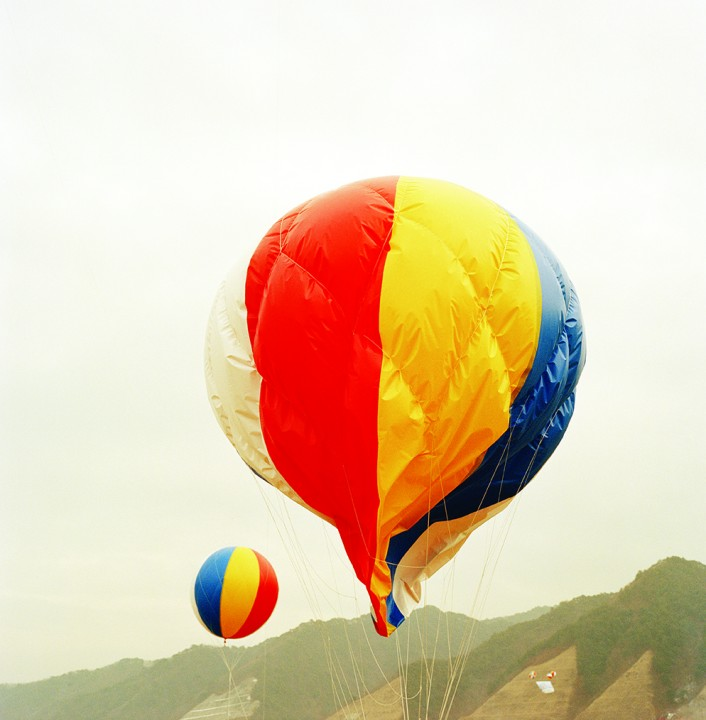 04_a falling ad-balloon